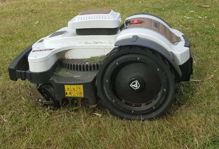 Ambrogio 4.0 on grass